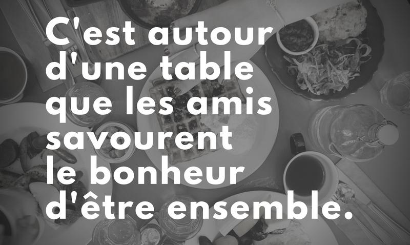 C'est autour d'une table que les amis savourent le bonheur d'être ensemble.